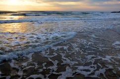 Macha w morzu przy rankiem i wschodu słońca czasem Obrazy Stock