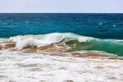 Machacamiento de la ola oceánica con la arena foto de archivo