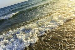Machacamiento de las ondas de la diagonal de la orilla fotos de archivo libres de regalías