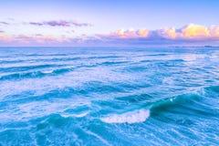 Machacamiento de olas oceánicas en la salida del sol fotografía de archivo