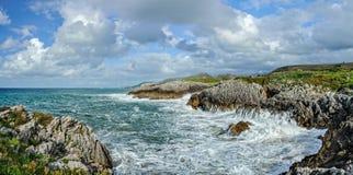 Machacamiento de ondas del mar cántabro B Foto de archivo
