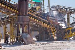 Machacando la maquinaria, el tipo trituradora del cono de la roca, transportando machacó a GR fotos de archivo libres de regalías