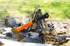 Machado colado no tronco de árvore Foto de Stock Royalty Free