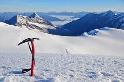 Machado de gelo na neve foto de stock