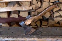 Machado de madeira contra a pilha de lenha foto de stock royalty free