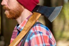 Machado no ombro de uma guarda florestal farpada fotografia de stock