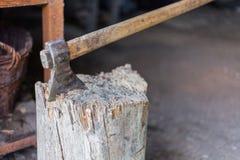 Machado velho colado no log Corte a madeira do incêndio de registros e o machado velho Recurso renovável de uma energia Conceito  foto de stock