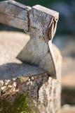 Machado velho com lenha Madeira Fotos de Stock