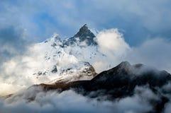 Machapuchare, Fisch-Endstück-Berg, der über die Wolken von der Spur niedrigen Lagers Annapurna, Nepal steigt lizenzfreie stockfotografie