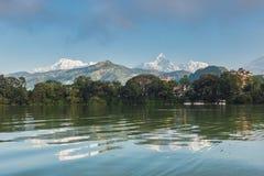 Machapucharen och Annapurnaen III sedda Pokhara, Nepal fotografering för bildbyråer