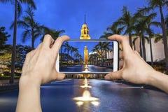 Machen des Fotos des alten Glockenturms in Hong Kong mit Smartphone Stockbilder