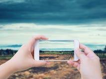 Machen des Fotos der landwirtschaftlichen Felder Lizenzfreies Stockfoto