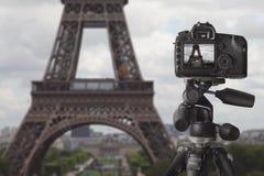 Machen des Fotos des Eiffelturms in Paris Stockfotografie