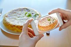 Machen des Fotos des spanischen Omeletts Lizenzfreie Stockfotografie