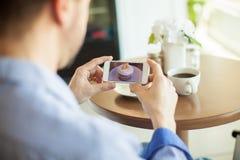 Machen des Fotos dieses köstlichen kleinen Kuchens Stockbilder