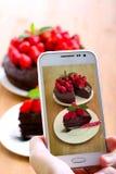 Machen des Fotos eines Kuchens Lizenzfreie Stockbilder