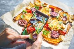 Machen des Fotos des Gemüses auf einem heißen Backblech Stockfoto