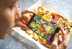 Machen des Fotos des Gemüses auf einem heißen Backblech Lizenzfreie Stockfotos