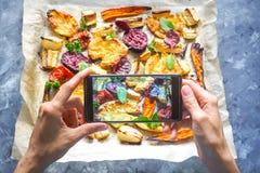 Machen des Fotos des Gemüses auf einem heißen Backblech Stockfotos