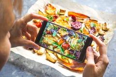 Machen des Fotos des Gemüses auf einem heißen Backblech Stockbilder