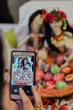 Machen des Fotos gemalter Ostereier mit traditionellen Puppen Lizenzfreies Stockfoto