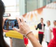 Machen des Fotos mit den Tanzenausführenden in einem Hotel Stockfotografie