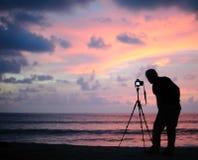 Machen des Fotos am Sonnenuntergang Stockbild