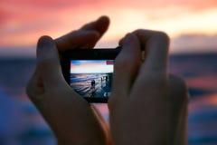 Machen des Fotos am Sonnenuntergang lizenzfreie stockfotos