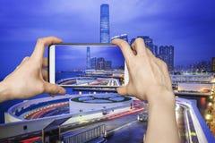 Machen des Fotos von Hong Kong-Stadtbild mit Smartphone Lizenzfreies Stockfoto