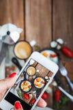 Machen des Lebensmittelfotos des Frühstücks mit Spiegeleiern durch intelligentes Telefon Lizenzfreie Stockfotos