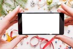 Machen des Weihnachtsphotos auf Smartphone, Modell Stockbild