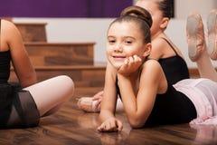 Machen einer Pause in der Tanzklasse Stockbild