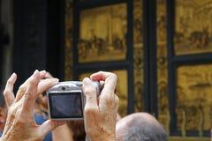 Machen eines Fotos an einer Tür Lizenzfreie Stockfotografie