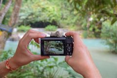Machen eines Fotos mit dem Canon-G7 bei Kuang Si Waterfalls, Laos stockfotos