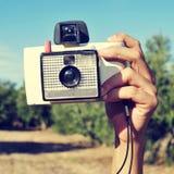 Machen eines Fotos mit einer alten sofortigen Kamera Stockfoto