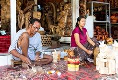 Ein Mann und eine Frau machen hölzernes Handwerk Lizenzfreie Stockbilder