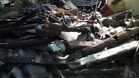 Machen Sie, alte Reifen, Rückstand eines Gebäudes, ruiniertes Haus herunter stock footage