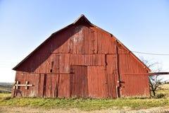 Machen Sie alte rote Scheune mit Wetterholz auf Bauernhof Lizenzfreies Stockfoto