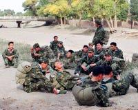 Machen Sie auf dem Weg Reißverschluss zu, die ermüdeten Soldaten, Rest auf dem Gras am Rand des iminqak, Lizenzfreies Stockbild