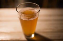 Machen Sie Bier auf einer Tabelle in der Kneipe in Handarbeit Lizenzfreie Stockbilder
