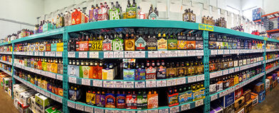 Machen Sie Biergang in einem Flaschen-Königspeicher in Handarbeit lizenzfreie stockfotografie
