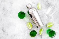 Machen Sie Cocktail mit Wermut Schüttel-Apparat, Schüsse, Kalkscheiben auf grauem Draufsichtraum des Hintergrundes für Text lizenzfreies stockfoto