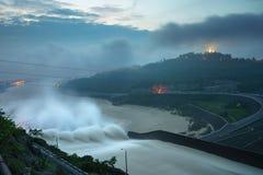Machen Sie das Ablassen des Wassers aus der hydroelektrischen Verdammung an der Dämmerung glatt Lizenzfreies Stockbild