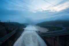 Machen Sie das Ablassen des Wassers aus der hydroelektrischen Verdammung an der Dämmerung glatt Lizenzfreie Stockfotografie