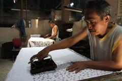 Machen Sie den traditionellen Stoff, der Batik genannt wird lizenzfreies stockfoto