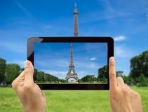 Machen Sie ein Foto des Eiffelturms mit meiner Tablette Lizenzfreies Stockfoto
