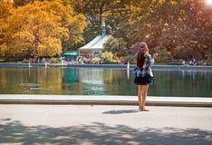 Machen Sie ein Foto am Park Lizenzfreie Stockfotos