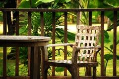 Machen Sie eine Pause mit Stuhl im Garten Stockfotos