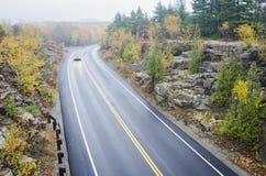 Machen Sie gebogene Straße im Acadia-Nationalpark nass Stockfotografie