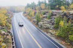 Machen Sie gebogene Straße im Acadia-Nationalpark nass Lizenzfreie Stockfotografie